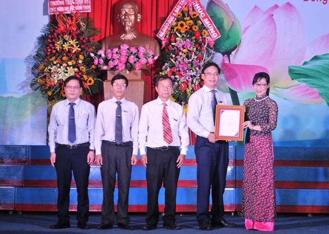 Tiến sĩ Tạ Thị Thu Hiền, Phó Giám đốc Trung tâm kiểm định chất lượng giáo dục - Đại học Quốc gia Hà Nội lên công bố Quyết định và trao giấy chứng nhận kiểm định chất lượng giáo dục trường đại học của Trung tâm cho Trường Đại học Đồng Tháp.