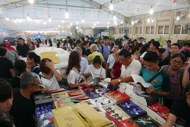 Tuy nhiên, cơn mưa dường như không ảnh hưởng tới mối quan tâm tới sách của hàng nghìn người có mặt ở Hoàng Thành Thăng Long. Trong một gian hàng, độc giả đứng chật kín, say sưa xem sách.