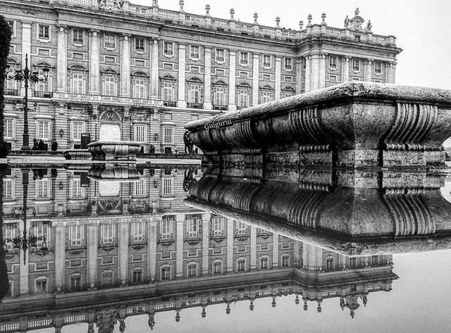 Ảnh phản chiếu từ mặt hồ ở Madrid, Tây Ban Nha.