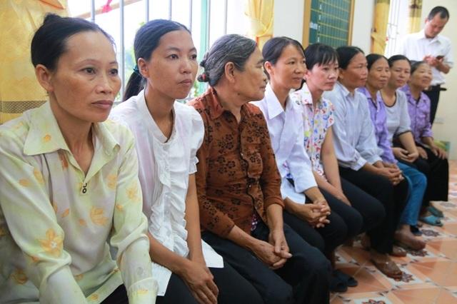 Đông đảo phụ huynh đến chứng kiến lễ trao học bổng.