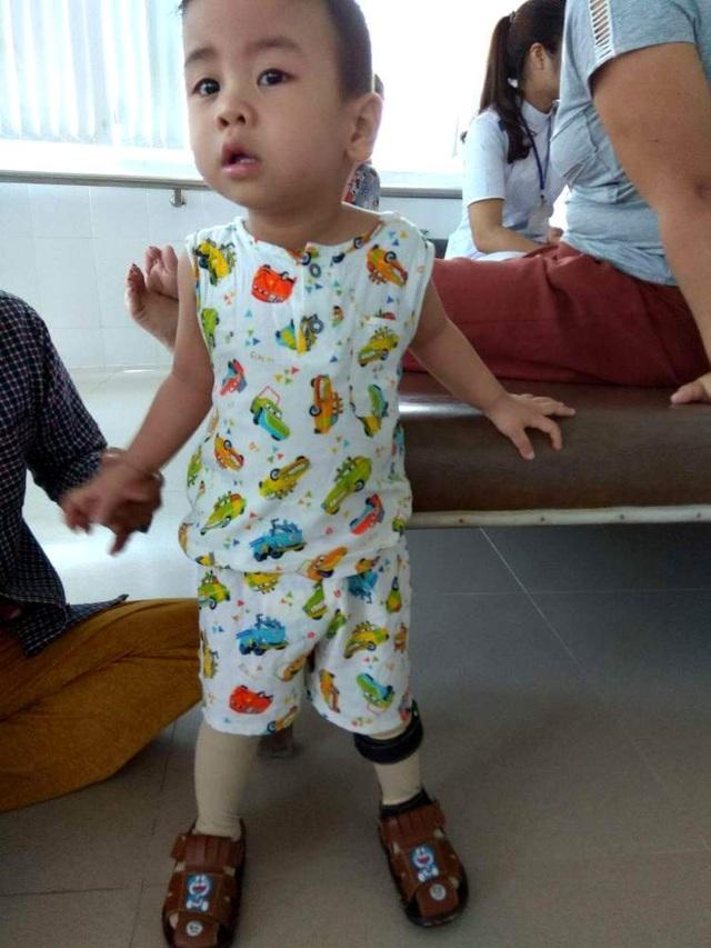 Xót thương cháu bé 2 tuổi bị tổn thương não và mất thính lực nặng - 4