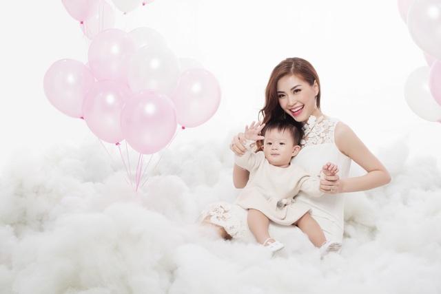 Hiện tại song song với công việc chăm sóc gia đình, Diễm Trang cũng đã và đang thực hiện kênh riêng để lưu giữ lại những khoảnh khắc của con và chia sẻ những kinh nghiệm làm mẹ.