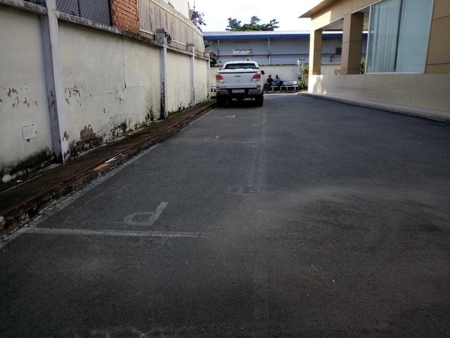 Khu vực sân chung của cư dân bị Công ty Sơn Hùng rao bán thành những chỗ để xe.