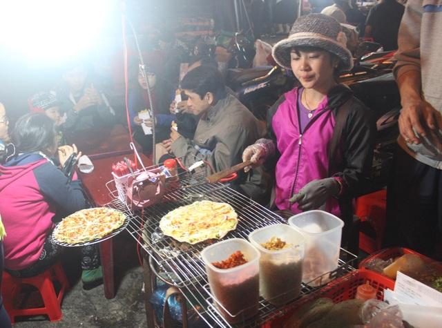 Bánh tráng nướng là món ăn đường phố đặc trưng của Đà Lạt, món ăn vặt lạ miệng này níu chân biết bao du khách
