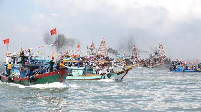 Hàng trăm thuyền ngư dân bám sát thuyền
