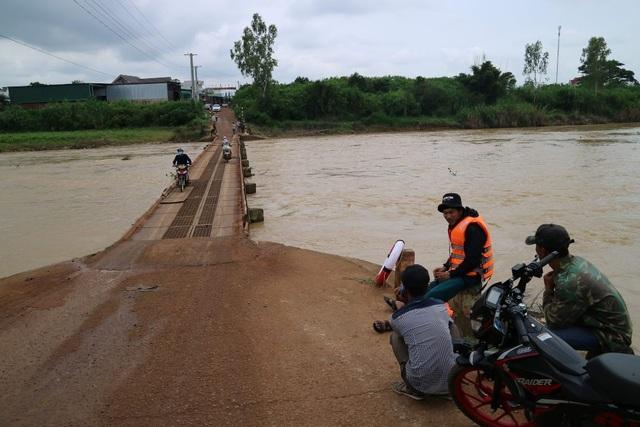 Sau khi xảy ra sự việc, chính quyền địa phương đã bố trí lực lượng túc trực nhằm ứng phó với tình huống tai nạn bất ngờ khi người dân qua cầu