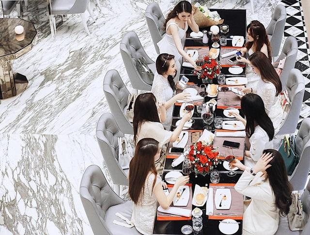 Nhờ sự thân thiết của những bà vợ, các ông chồng cũng dần quen biết và trở thành bạn bè. Những gia đình trẻ này thường có những cuộc gặp gỡ ăn uống và đi chơi cùng nhau.