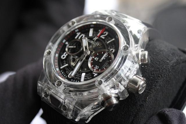 Phiên bản đồng hồ Bigbang Unico Sapphire với phần bezel nạm kim cương baguette, trị giá khoảng 1,2 tỷ đồng. Không chỉ đơn thuần đáp ứng xu hướng đồng hồ bằng tinh thể Sapphire, phiên bản này còn gây ấn tượng bởi thiết kế trong suốt độc đáo.