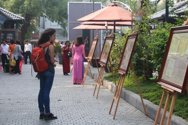 Ngày đầu tiên của buổi triển lãm đã thu hút rất nhiều du khách trong và ngoài nước tới chiêm ngưỡng.