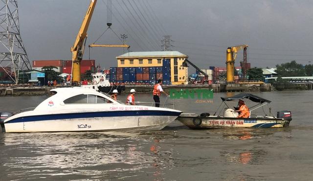 Cơ quan chức năng phong tỏa khu vực trên sông Đồng Nai để xử lý vụ việc.