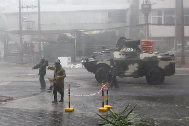 Xe thiết giáp Quân khu V đi kiểm tra tình hình mưa bão trên đường phố Nha Trang.
