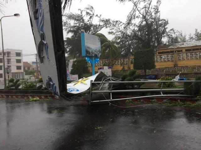 Cổng chào trên đường phố tỉnh Phú Yên cũng bị bão quật đổ.