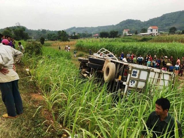 Nhiều người dân kéo đến xem vụ tai nạn.