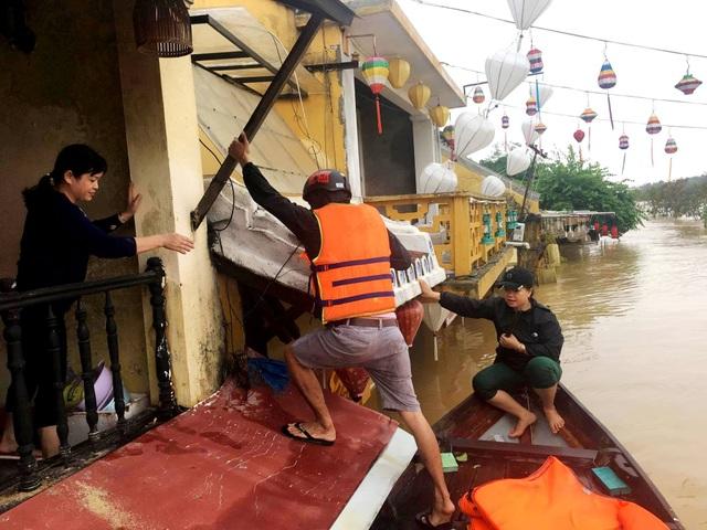 Người dân trèo qua mái nhà để lên tầng trên (Ảnh: Jack Trần)