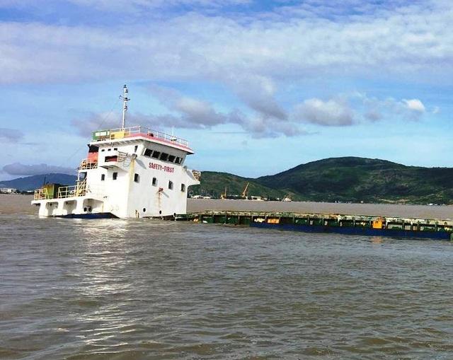 Nhiều tàu hàng neo đậu ở phao số 0 trên vùng biển Quy Nhơn bị bão số 12 nhấn chìm gây thiệt hại nặng nề về người và tài sản.
