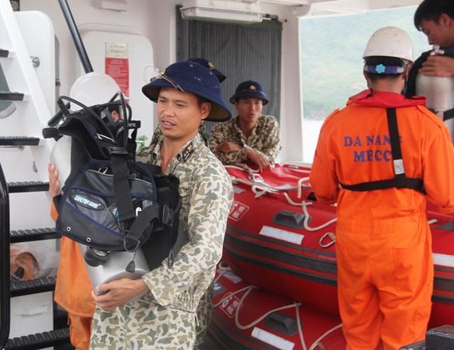 Thời tiết xấu, thợ lặn không thể tiếp cận tàu chìm tìm kiếm thuyền viên - 8