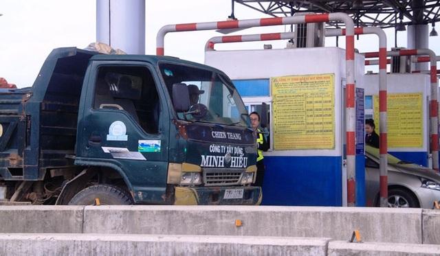 Tài xế xe ben chủ động dùng tiền lẻ mua vé qua trạm thu phí.