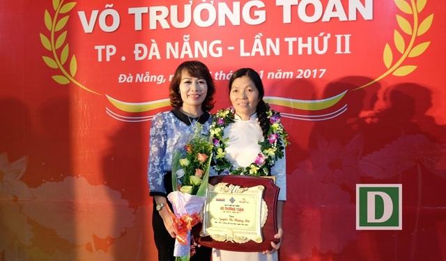 Cô Nguyễn Thị Phượng Hải (bên phải) cùng cô Lê Thị Thu Lan - Hiệu trưởng Trường Mầm non Hoa Ban trong ngày cô Hải nhận Giải thưởng Võ Trường Toản 2017.
