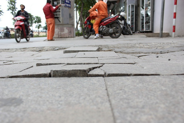 """Hà Nội: Đá lát """"bền vững 70 năm"""" vỡ nát sau hơn 1 năm sử dụng - 12"""