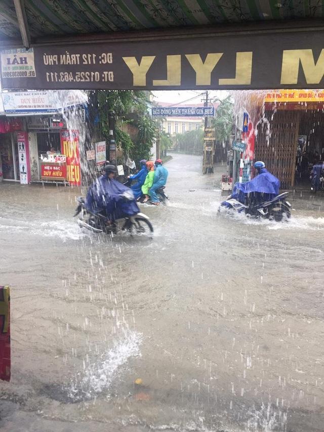 Nhiều đường phố Huế thành biển nước