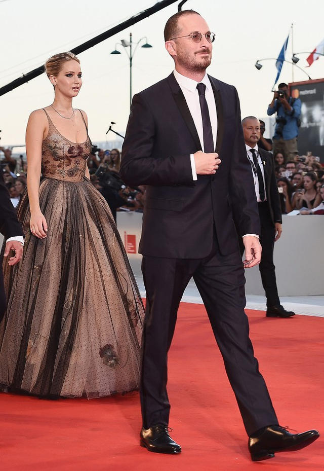 Jennifer Lawrence từng tiết lộ cô hâm mộ vị đạo diễn lớn tuổi từ trước khi 2 người yêu nhau và bạn trai là người hiểu rõ về cô. Hai người chuyển từ quan hệ bạn bè sang người yêu