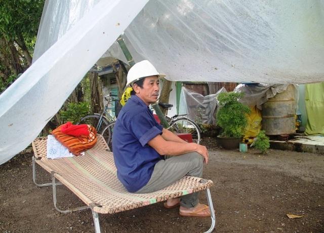 Đêm lại ông Khương che tạm tấm bạt trước sân nhà ngủ để giữ đồ đạc.