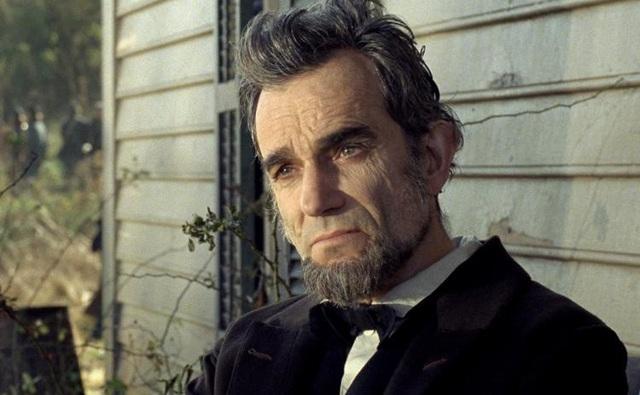 """Tượng vàng Oscar thứ 3 trong sự nghiệp của tài tử là khi ông nhập vai cố Tổng thống Mỹ Abraham Lincoln trong bộ phim tiểu sử """"Lincoln"""" (2012) của đạo diễn Steven Spielberg."""
