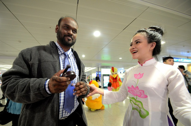 Dự kiến trong tháng 12/2017, TPHCM sẽ đón vị khách quốc tế thứ 6 triệu. Trong ảnh: Vị khách đầu tiên đáp xuống sân bay Tân Sơn Nhất đầu năm 2017
