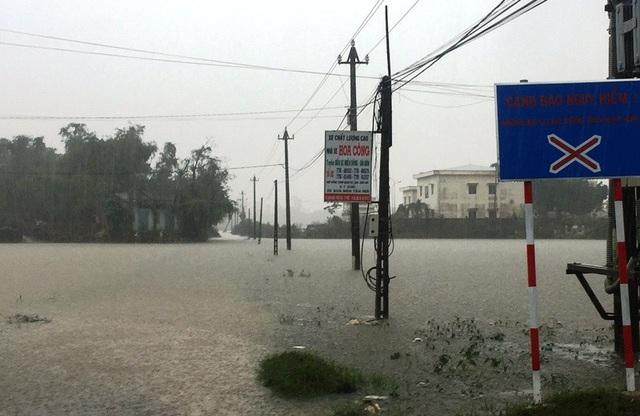 Mưa lớn, nước lũ dâng cao lại uy hiếp hàng ngàn hộ dân ở vùng hạ du sông Kôn.