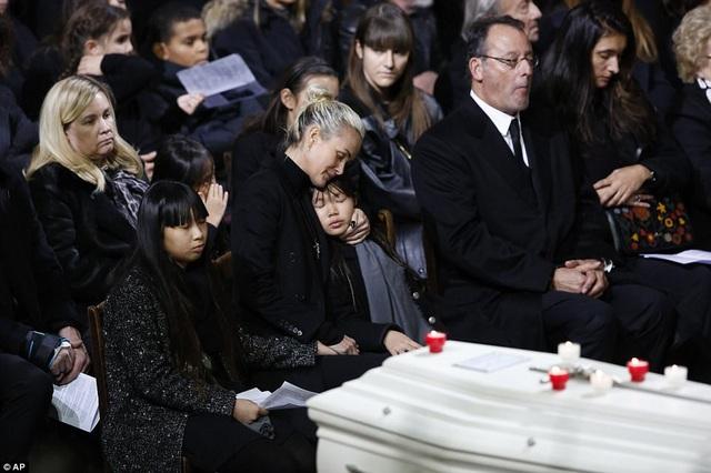 Người vợ của nghệ sĩ Hallyday - bà Laeticia (42 tuổi) bên hai người con gái nuôi của cặp đôi - Jade (13 tuổi, trái) và Joy (9 tuổi, phải).