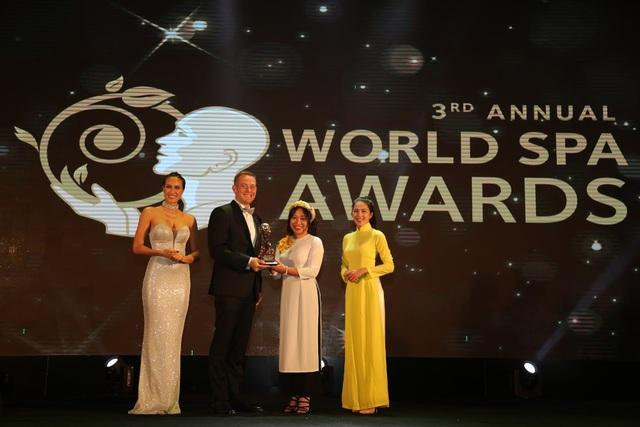 Ông Ty Collins - TGĐ điều hành JW Marriott Phu Quoc Emerald Bay nhận giải Worlds Best New Resort Spa