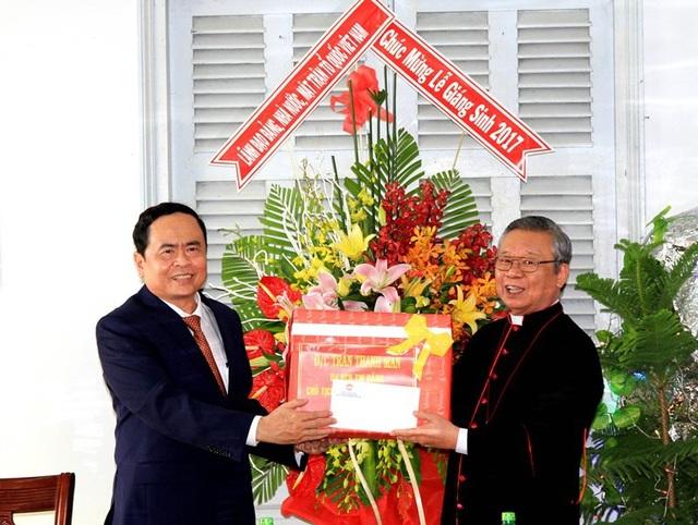 Ông Trần Thanh Mẫn, tặng quà và tặng hoa chúc mừng Giám mục Tri Bửu Thiên.