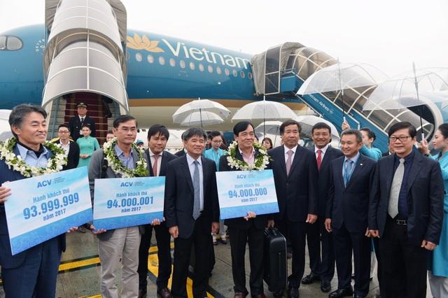 Hành khách thứ 94 triệu đi chuyến bay VN220, hạ cánh xuống sân bay Nội Bài sáng 27/12