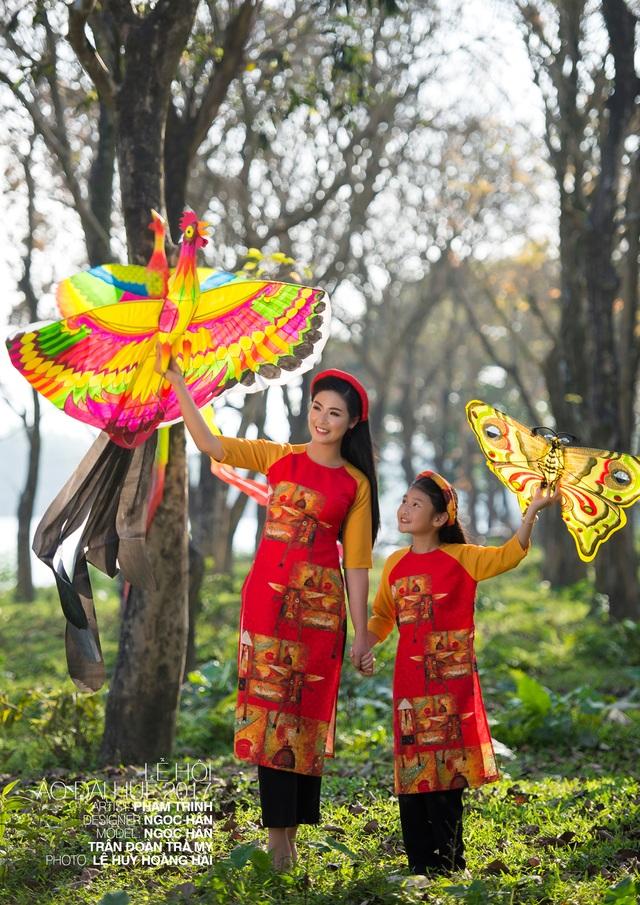 Hoa hậu Ngọc Hân vừa đóng vai trò NTK vừa là người mẫu chính trong Lễ hội Festival Nghề truyền thống Huế 2017