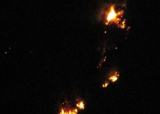 Vụ cháy rừng xảy ra trong đêm và nằm ở vị trí trên cao... nên công tác chữa cháy gặp nhiều khó khăn