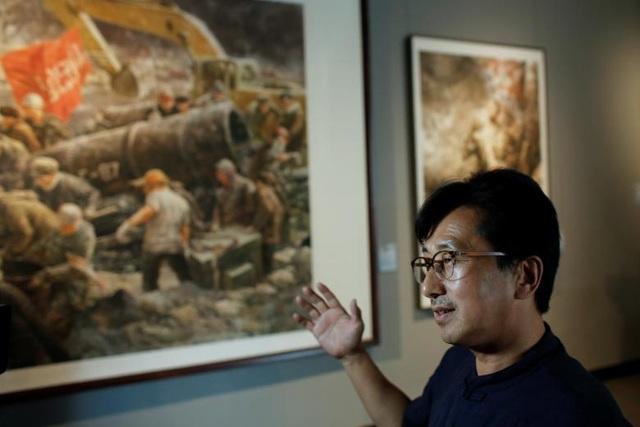 """Vào ngày 5/8, sau khi Bình Nhưỡng liên tiếp thử tên lửa, Liên Hợp Quốc đã đưa trung tâm nghệ thuật Mansudae vào danh sách đen nhằm ngăn chặn trung tâm này làm ăn với các đối tác. Dưới lệnh trừng phạt này, """"tất cả các sản phẩm bao gồm các bức tranh, tác phẩm nghệ thuật, tài sản của trung tâm Mansudae đều không thể mua bán"""", một nhà ngoại giao giấu tên tại Hội đồng Bảo An Liên Hợp Quốc cho biết."""