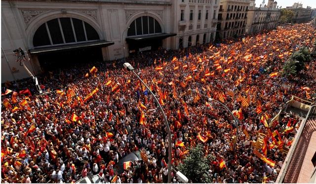Đám đông hô vang những khẩu hiệu biểu thị sự đoàn kết giữa Catalonia và Tây Ban Nha. (Ảnh: Reuters)