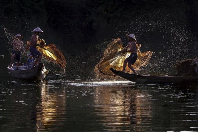 Hình ảnh hai người ngư dân đang tung những chiếc chài trên sông Như Ý, thành phố Huế. Sadie Quarrier, biên tập viên ảnh tạp chí National Geographic nhận xét: Nhiếp ảnh gia đã nắm bắt được sự đối xứng tuyệt đẹp khi hai ngư dân Việt Nam cùng nhau tung lưới. Nền ảnh đẹp làm nổi bật được các tia nước bắn ra khỏi lưới và giúp nhấn mạnh khoảnh khắc đặc biệt này. (Click vào đây để xem ảnh kích thước lớn)