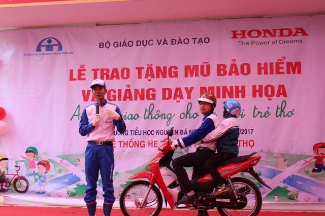 Hướng dẫn viên HVN hướng dẫn lái xe an toàn tại Lễ trao tặng.