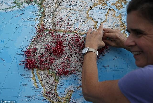 Một phụ nữ đánh dấu nơi cô ở lên bản đồ tại lễ hội nhật thực ở bang Wyoming. (Ảnh: Getty)