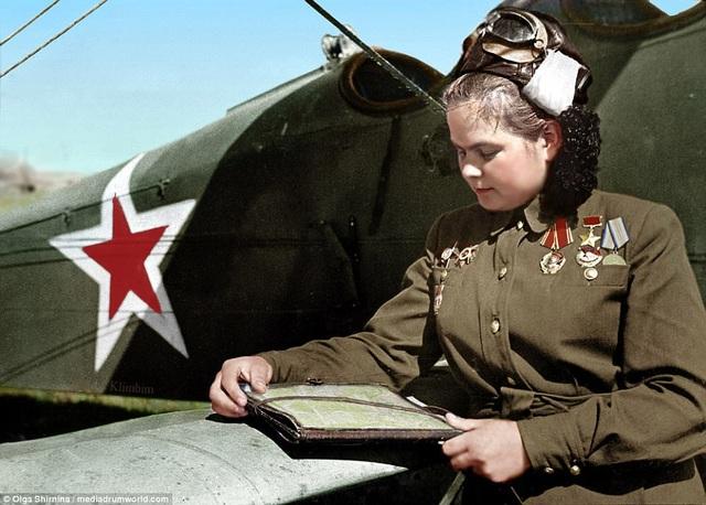 Trung đoàn 588 đã thực hiện ném bom quấy rối và ném bom chính xác mục tiêu chống lại quân đội phát xít Đức từ năm 1942 cho tới khi Thế chiến 2 kết thúc vào năm 1945. Trong suốt quá trình hoạt động, họ đã thực hiện 24.000 nhiệm vụ, với 23.000 tấn bom. Trong ảnh: nữ phi công Yekaterina Ryabova nghiên cứu bản đồ bay. (Ảnh: Olga Shirnina / Mediadrumworld)