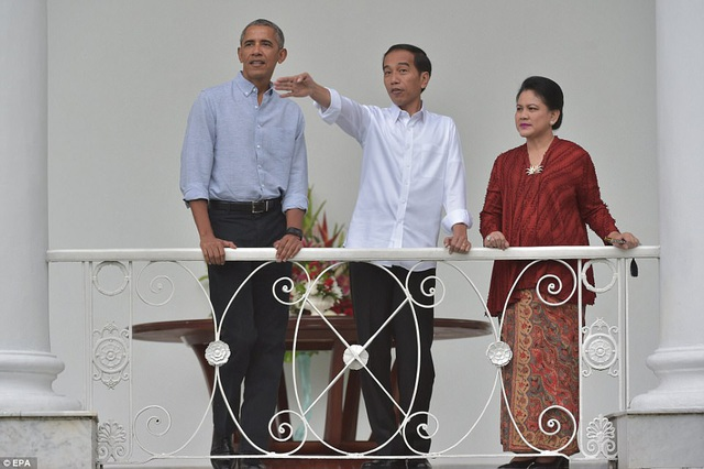 """Ông Obama đã nhận được nhiều tình cảm từ truyền thông Indonesia và người dân Indonesia trong chuyến trở lại lần này. Tờ báo địa phương Rakyat Merdeka đã đặt một dòng tiêu đề lớn: """"Ông Obama yêu Indonesia"""" khi đưa tin về sự kiện này. (Ảnh: EPA)"""