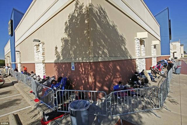 Những hàng người dài chờ giảm giá là hình ảnh quen thuộc không chỉ ở bang Texas vào dịp này mà còn là hình ảnh phổ biến trên toàn nước Mỹ. (Ảnh: EPA)
