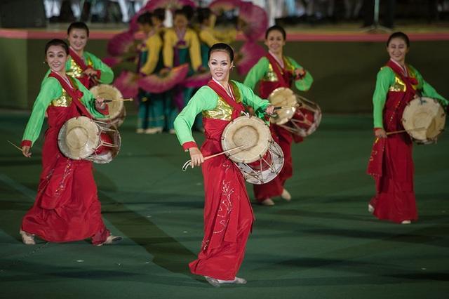 Các cô gái Triều Tiên trẻ trung, rạng rỡ với trang phục và nhạc cụ dân tộc. (Ảnh: AFP)