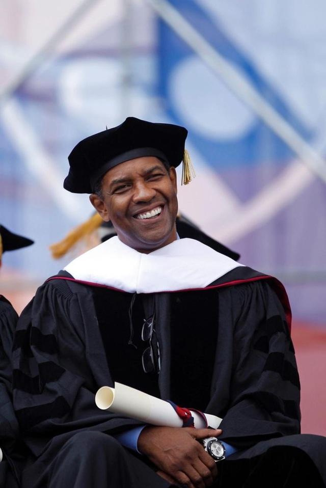 """Nam diễn viên Denzel Washington từng được nhận bằng Tiến sĩ của trường Đại học Pennsylvania hồi năm 2011 vì những đóng góp trong lĩnh vực điện ảnh và sân khấu. Trong bài phát biểu thực hiện tại buổi lễ trao bằng cho sinh viên ra trường, cũng là buổi nhận bằng Tiến sĩ của chính mình, Denzel đã đặt một câu hỏi cho các sinh viên: """"Các bạn có đủ dũng khí để thất bại không? Nếu bạn không thất bại, nghĩa bạn chưa từng cố gắng hết mình""""."""