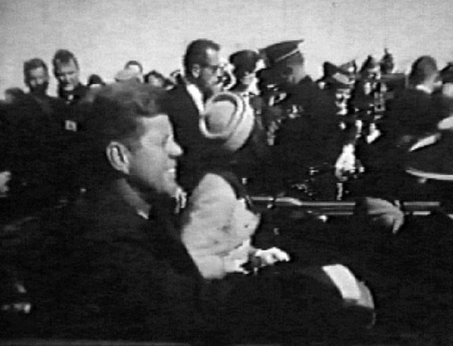 Hình ảnh ông Kennedy cười tươi trên truyền hình quốc gia chỉ ít lâu trước khi ông bị ám sát