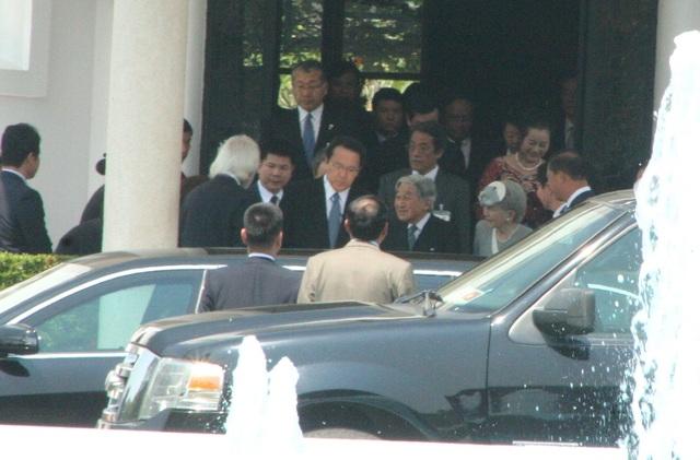 Nhật hoàng và Hoàng hậu chào các nhân viên khách sạn La Residence ở TP Huế trước khi lên xe ra sân bay Phú Bài