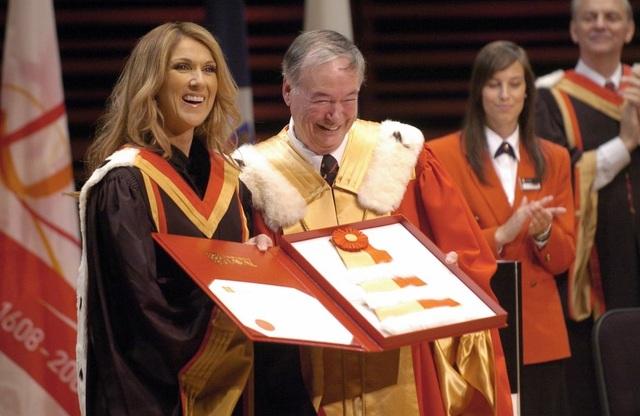 Nữ ca sĩ Celine Dion được nhận bằng Tiến sĩ Âm nhạc của trường Đại học Laval nằm ở thành phố Quebec (Canada) hồi năm 2008. Celine Dion chia sẻ rằng việc cô chưa tốt nghiệp trung học, nhưng lại nhận được bằng Tiến sĩ danh dự là một vinh dự lớn.