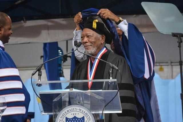 Nam diễn viên Morgan Freeman được trường Đại học Howard trao bằng Tiến sĩ hồi năm 2015 vì những đóng góp cho điện ảnh.