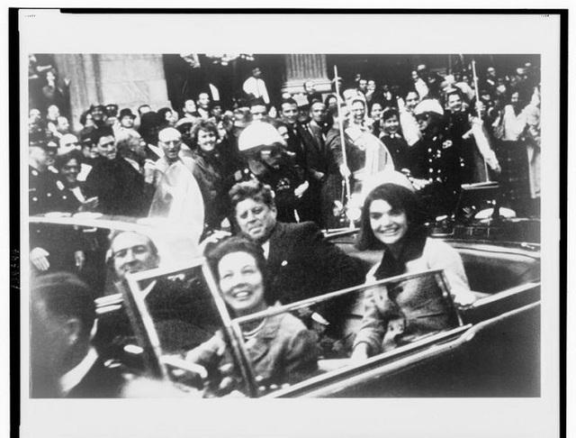 Bức ảnh kỉ niệm giữa Tổng thống John F. Kennedy, đệ nhất phu nhân Jacqueline Kennedy, Thống đốc Texas John Connally và vợ chụp trước khi vụ ám sát xảy ra